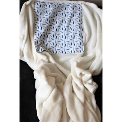 Coussin Plaid blanc « Petites Plumes Bleues » déplié format plaid